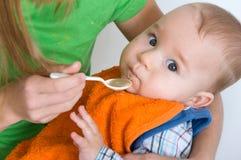 Matning av behandla som ett barn Arkivbild