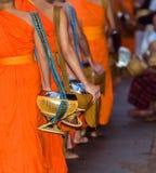Matning av munkarna Ritualen kallas Tak Bat, Luang Prabang, Laos Närbild arkivfoto