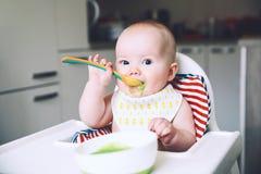 matning Baby' fast mat för s första royaltyfri fotografi