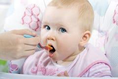 Matning behandla som ett barn Royaltyfri Bild