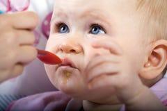 Matning behandla som ett barn Fotografering för Bildbyråer