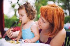 Matning behandla som ett barn Royaltyfria Bilder