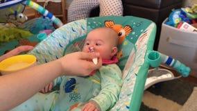 Matning Tid för nyfött behandla som ett barn stock video