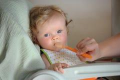 Matning upp av litet gulligt behandla som ett barn flickan Arkivfoto