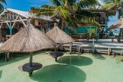 MATOIR DE CAYE, BELIZE - 2 MARS 2016 : Tableau et un parasol dans une eau à l'île de matoir de Caye, Beli photos libres de droits