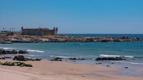 Matosinhos plaża w Porto, Portugalia z sera kasztelu fortem w tle obraz royalty free