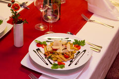 Matpasta med räkor i restaurang Arkivbilder