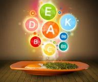 Matplatta med läckert mål och sunda vitaminsymboler Arkivbilder
