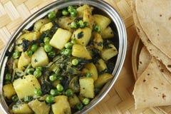 Maträtt Aloo för matar �potatis och för gröna ärtor royaltyfri foto