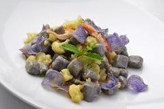 Maträtt av den purpurfärgade potatisen Dumpligs med blomkål och hummer 1 Royaltyfria Bilder