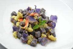 Maträtt av den purpurfärgade potatisen Dumpligs med blomkål och hummer 2 Arkivfoton