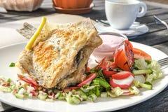 Maträtt av den stekte fisken med sallad Royaltyfria Foton