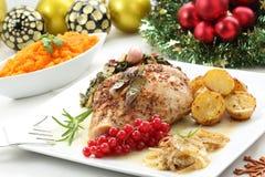 Maträtt av det grillade kalkonbröstet på en jultabell Royaltyfri Fotografi