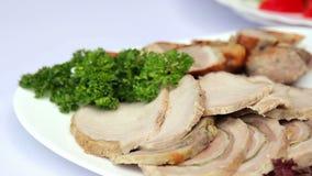 Maträtt av kött Köttfärslimpa med örtar arkivfilmer