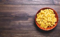 Maträtt av makaroni på trätabellen kopiera avstånd Fotografering för Bildbyråer
