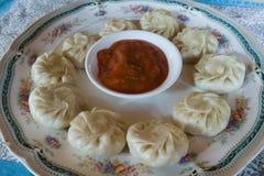 Maträtt av momos med sås, Everest baslägertrek, Nepal royaltyfri fotografi