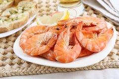 Maträtt av nya kokta räkor Royaltyfri Foto