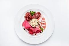 Maträtt av olika typer av kött-klipp på plattan Arkivfoton