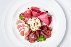 Maträtt av olika typer av kött-klipp på plattan Arkivbilder