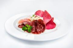 Maträtt av olika typer av kött-klipp på plattan Royaltyfria Foton