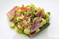 Maträtt av potatisklimpar med sparriers och frasig skinka 1 Royaltyfri Fotografi