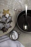 Maträtt av smältta choklad och julkakor arkivbild