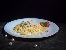 Maträtt av spagettiCarbonara räka på wood bakgrund fotografering för bildbyråer