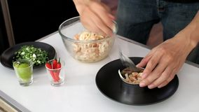 maträtt för plätering i köket arkivfilmer