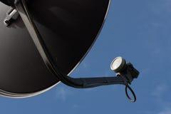 Maträtt för Digital TVmottagare för digital TV med blå himmel Arkivbilder