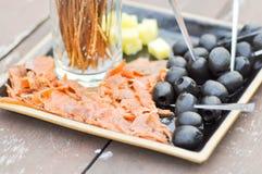 Maträtt för lax, för ost och för svart oliv Royaltyfria Foton