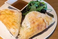 Maträtt för smörgås för steknötkött med raketsallad Royaltyfria Bilder