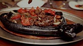 Maträtt i en varm kastrull i restaurangen stock video