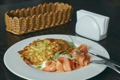 Maträtt marinerad lax med dill och raggmunkar på en trätabell ny rimmad forell Maträtt på en platta Rysk mat arkivfoton