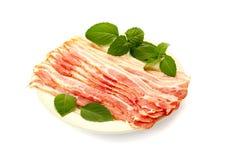 Maträtt med bacon på vit Arkivbild