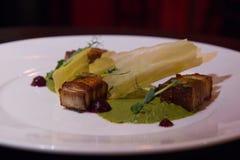 Maträtt med bacon, potatos och dillsouce fotografering för bildbyråer