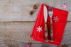Maträtt med bestick för jullunch Arkivbilder