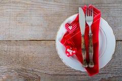Maträtt med bestick för jullunch Arkivfoto