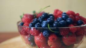 Maträtt med blåbär, hallon och jordgubbenärbild stock video