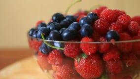 Maträtt med blåbär, hallon och jordgubbenärbild lager videofilmer