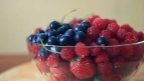Maträtt med blåbär, hallon och jordgubbenärbild arkivfilmer