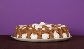 Maträtt med en paj på den bruna torkduken royaltyfri fotografi