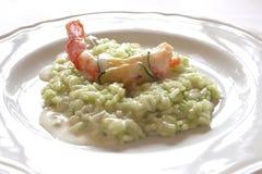Maträtt med italiensk stilräka och zucchinerisotto arkivfoto