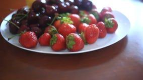 Maträtt med körsbär och jordgubbenärbild arkivfilmer