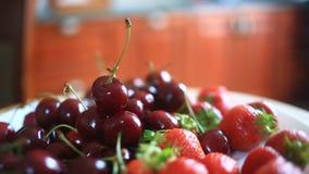 Maträtt med körsbär och jordgubbenärbild stock video