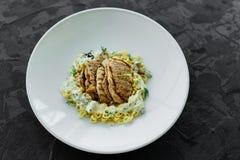 Maträtt med köttstycken, pasta, gräsplaner och sås från gras för en foie arkivbilder