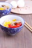 Maträtt med kinesisk vermicelle och blandad peppar Arkivbilder