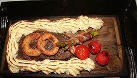 Maträtt med nötkött, mosade potatisar Royaltyfria Bilder
