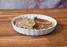 Maträtt med pannkakor på en taule Arkivbilder