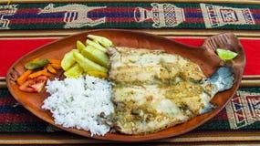 Maträtt med ris, potatisar och laxen från sjön Titicaca på den Taquile ön Arkivfoto