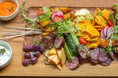 Maträtt med stöd och grönsaker på tabellen Royaltyfri Bild